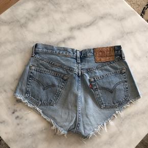 Sælger disse vintage Levis shorts i en ca størrelse 25. Sælges inkl fragt eller afhentes ved Amagerbro