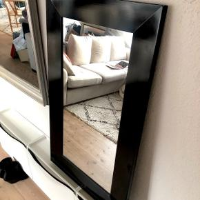 Stort fint spejl med bred sort ramme Mål : 98 x 58