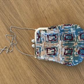 Rigtig fin festtaske. Lille og perlebesat taske, men smukke farver.