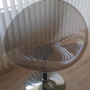 Flot drejestol, som passer til alle rum i hjemmet. 75 cm i diameter og ca. 44 cm sædehøjde. Drejefoden i metal og sædet i formstøbt plast. Fra ikke ryge hjem.