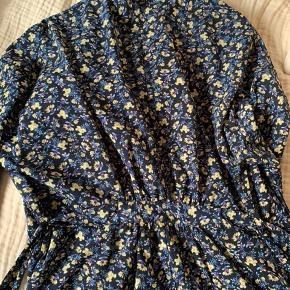 Sælger denne blazer købt fra Message er af mærket Frakment.  Løst siddende og luftig  Str M/L Med bindebånd. 3/4 ærme Længde 74 cm  Røgfrit hjem  Farve: blå, gul, lilla   Se hvordan den sidder på billede i kommentaren nederst