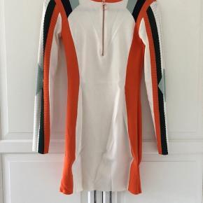 Sælger denne fine kjole da jeg ikke får den brugt.  Den er kun brugt én gang og fremstår som ny. Købt til 1500 kr i magasin.