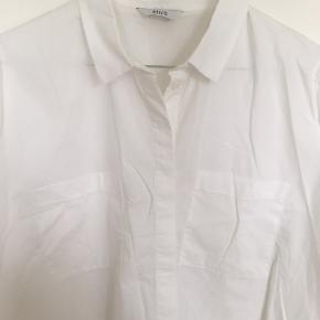 Kortærmet, bred skjorte.
