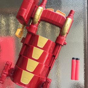 Nerf Ironman gun med to tilhørende patroner. Har brugsspor og slid hist og her. Virker fint.