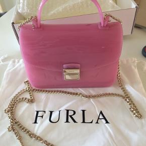 Unik håndtaske fra Furla i det pureste plastic også pink, fåes ikke flottere :-)) 18x13x8 cm Se også mine andre annoncer med gode mærker :-))