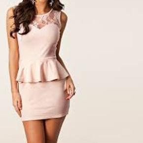 Sælger denne fine peplum lace kjole fra club l. Lyserød/nude.Ryggen er blonde, ligesom det ses på billede nr. 2 💖 Er brugt en gang eller to, men har i meget lang tid bare hængt i skabet, og derfor sælges den nu. Str. Xs - Jeg er åben for bud 🌸