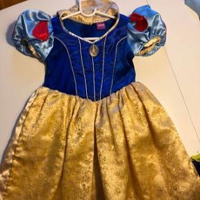 Snehvide kjole. Godt brugt! Måler fra skulder og ned 80cm, bryst 60cm.  Ca 5-7 år.