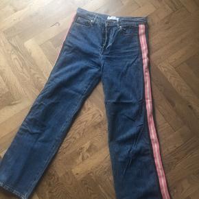 Fede bukser med stribe i siden i grøn, lyserød og hvid. Mid waist tapered leg model. En 30/32 i str. som cirka svarer til medium. Fra ny kostede de 600kr og de er brugt 1-2 gange. Prisen er eksklusiv fragt