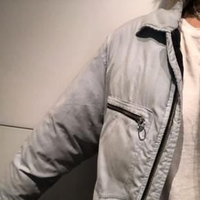 Puffer/dunjakke i lyseblå Brugt meget få gange