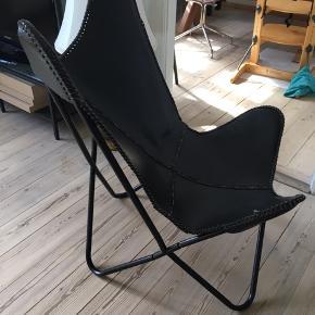 Sælger skindet til en flagermus stol. Det er læder og det minder om slangeskind. Desværre er der noget galt med stellet så skindet bliver ikke brugt, og søger derfor en ny ejer.  Se også mine andre annoncer🎀