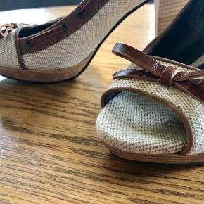 Lækre Martinelli heels købt i Spanien for 1099 kr.    Læder indvendig og udvendig, skøn pasform. Fede detaljer, lys hør, og træhæle.   Super flotte til jeans, kjoler og casual.   Almindelig i str.  Brugt få gange.