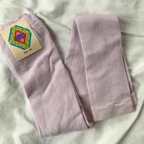 Nye leggings i strømpebuksekvalitet, som min datter ikke nåede at bruge. Str 130.  De er nye med mærke - der er dog en smule misfarvning/plet forneden, se det ene billede. Normalpris var 135.   Mp 60pp