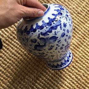 Smukkeste vase (cirka 19/20 cm høj). Købt brugt. Har et minimalt skår øverst. Århus.