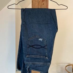 Jeans fra A&F, er skåret ved anklen. Str 00 W24  Skriv endelig hvis du ønsker flere billeder :)