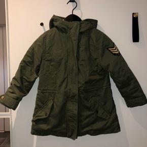 Super fed jakke fra Zadig & Voltaire i størrelse 10 år. Brugt meget få gange, så fremstår som ny. Nypris er 1400,-