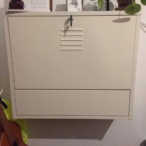 Fint skrivebord. Det er brugt og nøglen sidder løs, men kan sagtens fikses med lim! Brugbart til små værelser, som eks. kollegieværelse.