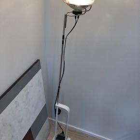 Toio lampen. Der sidder en elektronisk lysdæmper på ledningen, som giver mulighed for at regulere lysstyrken. To år gammel - fremstår som ny og kvittering haves