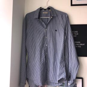 Sælger denne lækre Burberry skjorte, str. Medium  Skriv for flere billeder