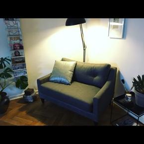Fineste lille sofa i grå.  Nypris 16000,-  Sælges til 3700,-  NU 2200,- !! Først til mølle.  Skal hentes i Rungsted.