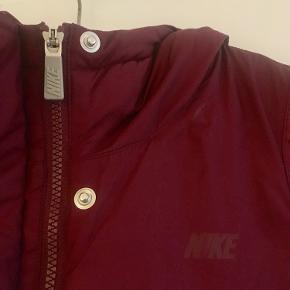 Vinterjakke fra Nike, jakken er købt forrige år, men blev aldrig brugt.