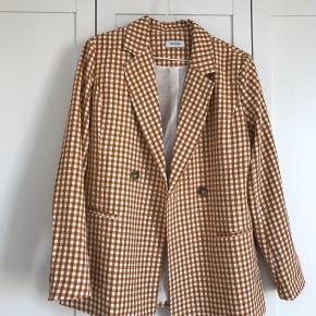 Sælger denne smukke blazer fra pieces. Brugt meget få gange, derfor næsten som ny.   #30dayssellout