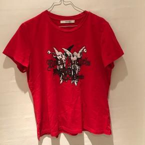 Super fin T-shirt fra Gestuz, blusen har et par små huller foran, derfor sælges så billigt! Skriv for flere billeder
