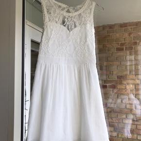 Super fin kjole i det fineste hvide stof. Blonder foroven og tonforskeælige lad stof for neden. Xs og aldrig brugt.