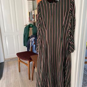 Smuk kjole fra &stories Aldrig brugt Flotte detaljer-ærmer