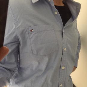 Sælger min elskede Tommy Hilfiger skjorte da jeg slet ikke for brugt den;(  Den er ikke brugt særlig meget. Skriv gerne for flere billeder  Byd gerne💙