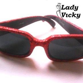 Helt unikke, håndlavede solbriller med rød glimmer og stjerne-sten.  Skil dig ud fra mængden - INGEN har et par magen til!  Almindelig damestørrelse.  Skærmer godt for solen i en god, mørk farve.  Nypris 250 kr.  Sælges for 50 kr. + evt. porto.  Kan afhentes på Frederiksberg.