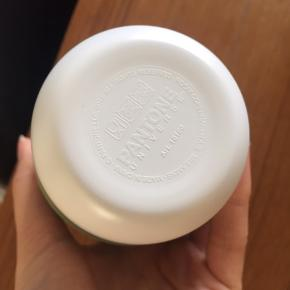 Pantone-krus. Melamin med silikone-omslag.  Ca. 12,5 cm høje.  Sendes ikke.