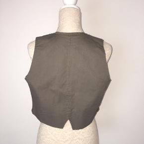 Længde foran 52, på ryg 42.  Bryst hvis den er lukket 102. 97% cotton 3% elasthane  Kig forbi mine annoncer 😊 Altid mængde rabat