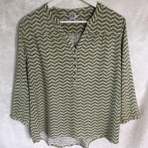Super behagelig skjorte. Over bryst 50 cm. 56 cm lang.  Den er en str.L men mener den passer  bedre en str. M  100% Viskose.