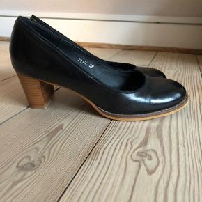 Elegant sort pump med lav hæl (ca. 6,5 cm) Kun brugt et par gange