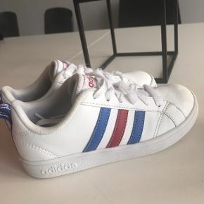 Adidas neo, kun brugt få gange til pæn brug, fremstår som nye bortset fra snørebånd som har hygget sig med velcro i den kasse de lå.