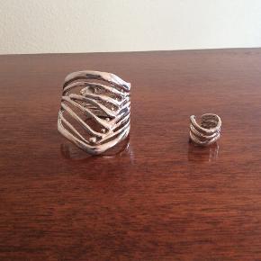 Fantastisk sæt af forsølvet tin. Det er håndlavet i 80'erne af en sølvsmed i indre Kbh. Det er fleksibelt i str., og sættet vejer ca 150 gram! Armbåndet måler på det højeste sted 6,5 cm og ringen ca 2 cm. Diameteren på armbånd er ca 5,5, ringens er ca 2,1. Men: begge er altså fleksible. Bytter ikke, prisen er fast.