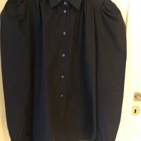 Helt ny smuk skjorte m fine detaljer v skulder og ærmekant Nypris 1998kr Mp 800kr pp