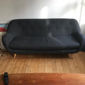Koksgrå 3 Pers. Sofa. fra BIVA Mål i cm:  H:86  B:196 D: 84   2 år gammel. Pæn stand. Ben kan skrues af. Sælges da vi har købt en større sofa.  Afhentes i København NV. Ved hurtig handel kan prisen forhandles.