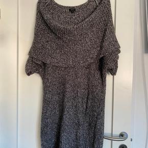 Fin grå meget oversized strik med stor krave fra svenske lindex . Kan bruges som kjole med strømpebukser.