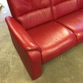 Flot bordeaux farvet 3-personers sofa i kunstlæder. I velholdt stand! Sæderne kan lænes bagover, så man kan ligge i dem. Kræver 2 mand til at løfte, hjælp til opbæring tilbydes desværre ikke på denne vare (639.01)  Mål: 190 x 80 x 110 På lager: 1 Produktet fremstår som nyt med meget få/ingen ridser Levering til kantsten i Storkøbenhavn: 200,- Fuld returret gives i tilfælde af skjulte fejl/mangler!