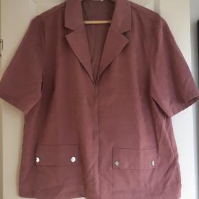"""Sjov """"skjorte"""" i lækkert blødt materiale og virkelig lækker farve. Aldrig brugt, men jeg har klippet mærket ud. GÆTTER på den er fra only og en str. L, men det er et bud :-). Meget firkantet i faconen."""