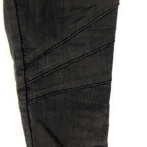 Leggings med skind kant på siden og lynlås forneden- elastik i talje