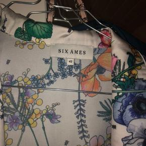 Sælger denne flotte blomstret skjorte købt for 600kr byd gerne;)