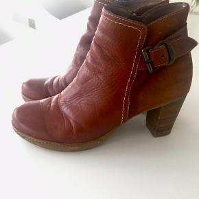 Super fede støvletter fra spanske Wonders Boots  i str 38 i en flot kombination af skind/ruskind. De har aldrig været brugt. Ny pris 1499,- sælges for 300 kr