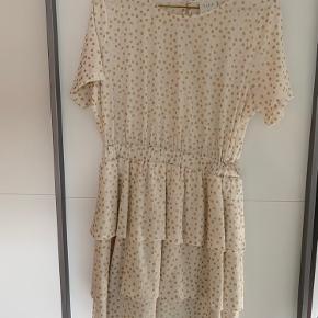 Super fin hvid kjole fra VILA, med lyserøde og guld prikker