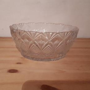 Krystal skål. 23 cm i diameter og 10 cm høj. Flot stand uden skår eller revner. Porto 37 kr