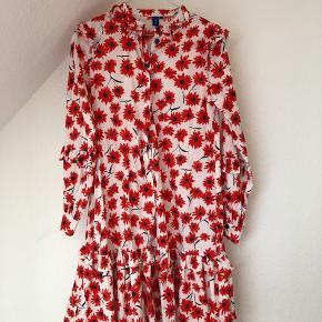 Smuk kjole fra Résumé i str. 34, brugt en gang og sælges fordi den desværre ikke bliver brugt nok.