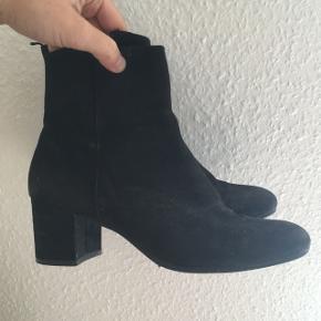 Jeg sælger dette lækre par støvler, da jeg har købt nye. De er købt i H&M for 1 år siden og er blevet brugt med jævne mellemrum, men de har stadig en del byture eller andre arrangementer tilbage. Jeg kører dem over med en våd klud inden salg