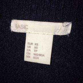 Tynd sweater, str. Xs, mørkeblå, brugt 1 gang  Skriv for billeder med den på.  Np: ? Mp: 100kr  Fragt betales af køberen på 40kr