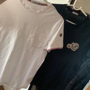 2 Moncler T-shirts Str M!   Som spritnye begge 2 brugt meget få gange, og den blå har en nypris på 1300 og den hvide 1000,- de er købt i Axel og Alt OG haves! Sælges helst samlet   Kontakt mig på 93204747